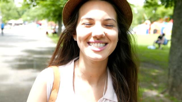 vídeos de stock e filmes b-roll de mulher jovem linda jogar ou interagir com a câmara - câmara fotográfica