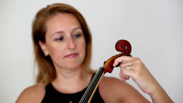 vídeos y material grabado en eventos de stock de hermosa joven tocando el violín. - oficio artístico
