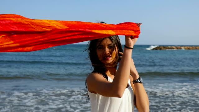 vídeos y material grabado en eventos de stock de mujer joven hermosa jugando con una bufanda - pañuelo de cabeza