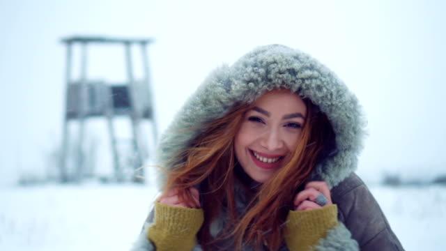 schöne junge frau lächelnd in wintertag - joy stock-videos und b-roll-filmmaterial