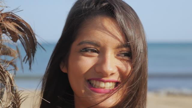 schöne junge frau lächelnd - langes haar stock-videos und b-roll-filmmaterial
