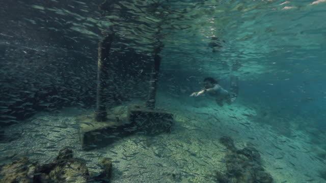 vídeos de stock, filmes e b-roll de natação bonita da mulher nova na água - turquia