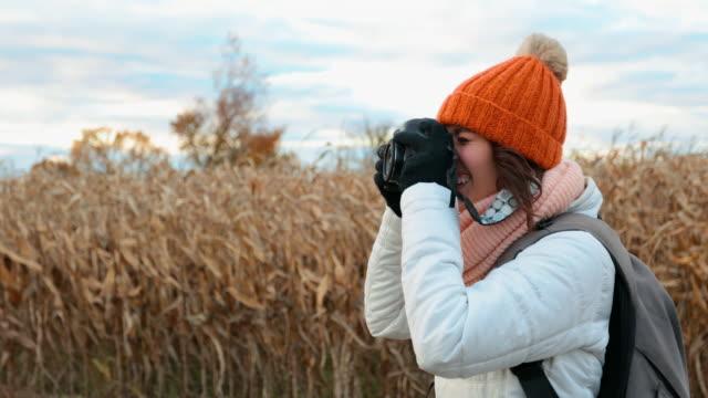 夕暮れ時のデジタル カメラで美しい若い女性の撮影画像 - デジタル一眼レフカメラ点の映像素材/bロール