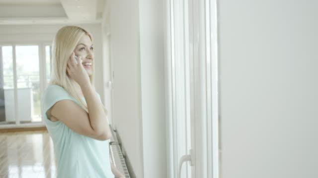 Mooie jonge vrouw praten over de telefoon.