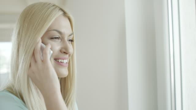 schöne junge frau spricht am telefon. - verkaufsberuf stock-videos und b-roll-filmmaterial