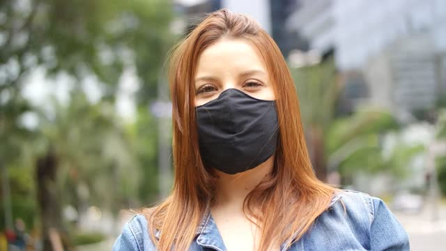vídeos de stock, filmes e b-roll de linda jovem usando máscara. - alegria