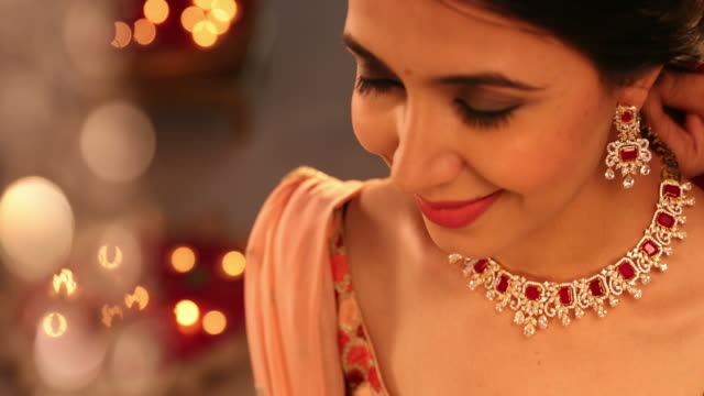 vídeos de stock, filmes e b-roll de cu beautiful young woman wearing diamond necklace and earrings during diwali festival / new delhi, delhi, india - realeza