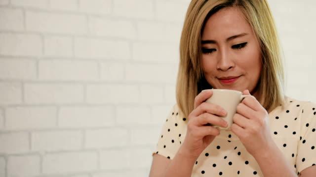 """Schöne Junge Frau mit eine Tasse Kaffee in einem Café """""""