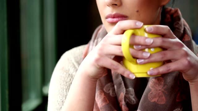Schöne Junge Frau mit Kaffee