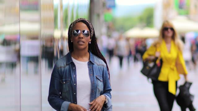 bella giovane donna con atteggiamento fresco - giacca video stock e b–roll