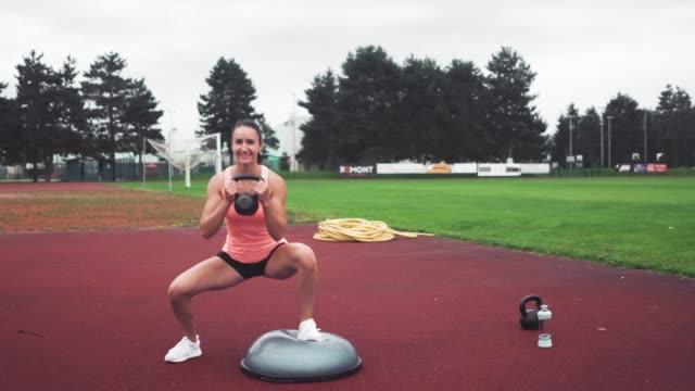 vídeos y material grabado en eventos de stock de hermosa joven trabajando al aire libre - corredora de footing