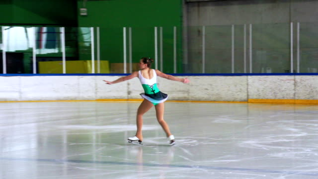 HD :美しい若い女性を実行アイススケート