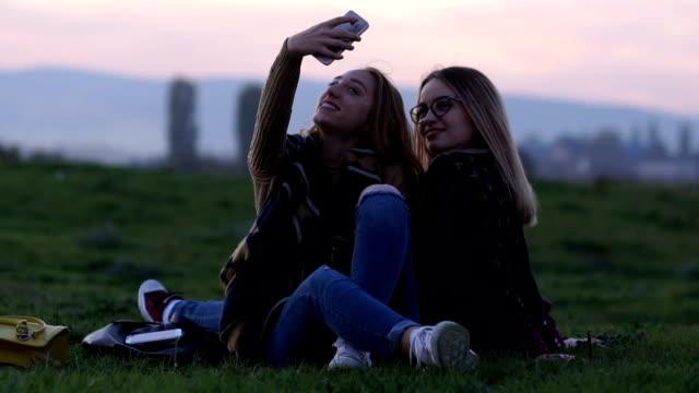 vídeos y material grabado en eventos de stock de hermosas mujeres jóvenes tomando selfie - t mobile