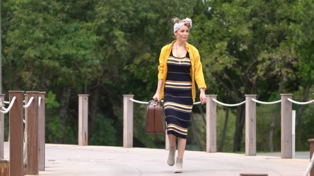 vídeos de stock, filmes e b-roll de mulheres bonitas caminhando com mala retrô - fora de moda estilo
