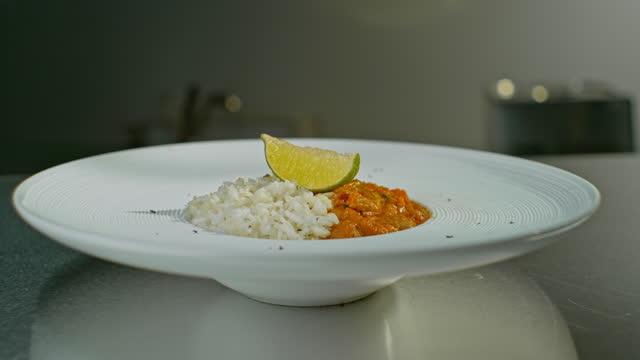 slo mo ds 美しくメッキされたひよこ豆カレーライス - カレー料理点の映像素材/bロール
