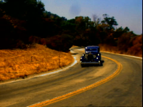 vídeos de stock e filmes b-roll de beautifully restored 1930s packard super eight luxury sedan driving along dirt road, pulling through parking lot, taking scenic winding roads,... - pie humano