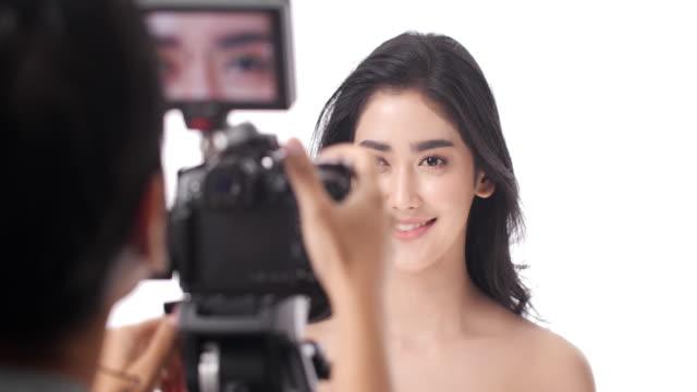vídeos y material grabado en eventos de stock de blogger de belleza. difusión en internet de video social - rodar