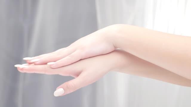 vidéos et rushes de soins de beauté. jeune belle fille appliquer crème hydratante - dilemme moral