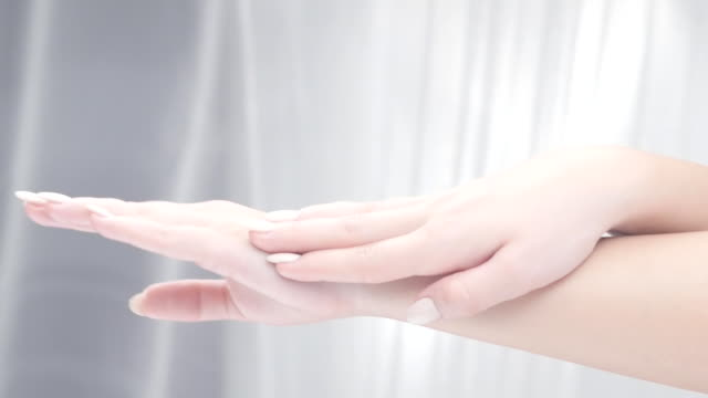 Schönheitspflege. Junge schöne Frau Anwendung Feuchtigkeitscreme