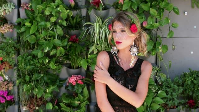 vídeos de stock e filmes b-roll de beauty contest model in sleeveless black dress and veil - sem manga