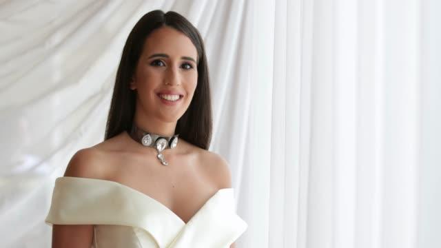vídeos de stock e filmes b-roll de beauty contest model in sleeveless white dress and necklace - sem manga