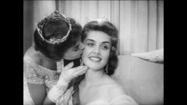 vidéos et rushes de / beauty contestants walk the stage carrying flags for the miss america contest / marian ann mcknight crowned 1957 miss america / former winner... - miss