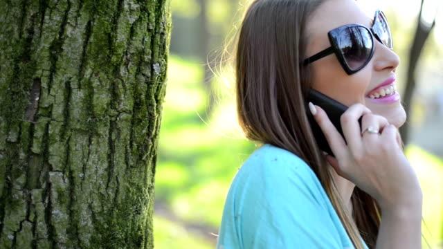 美しさの女性の携帯電話で話している - コードレスフォン点の映像素材/bロール