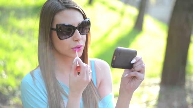 美しさの女性の携帯電話で話している - 電話を切る点の映像素材/bロール