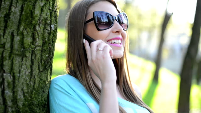 vidéos et rushes de beauté fille parlant au téléphone - téléphone sans fil