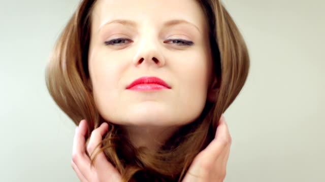 beauty portrait von sexy junge brunette frau - langes haar stock-videos und b-roll-filmmaterial