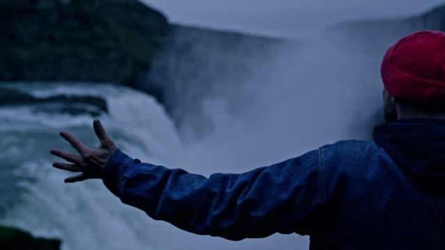 vídeos y material grabado en eventos de stock de belleza en la naturaleza. cascada admiración del viajero. brazos abiertos - brazo humano