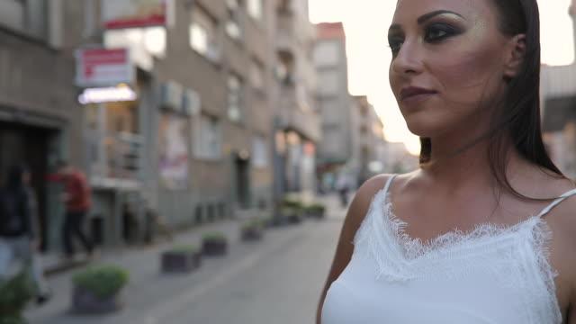 bellezza in camicetta bianca - camicetta video stock e b–roll