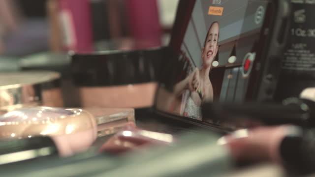 beauty influencer che registra quotidianamente vlog - vendere video stock e b–roll
