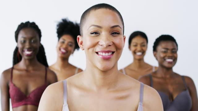 vídeos de stock, filmes e b-roll de a beleza é tudo sobre ser feliz e confiante em si mesmo - sobressaindo nas multidões