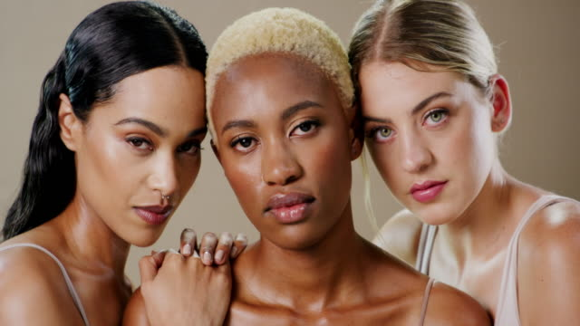 beauty is an attitude - viso naturale video stock e b–roll
