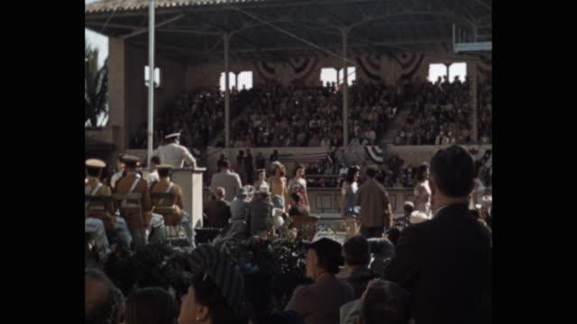 vídeos y material grabado en eventos de stock de beauty pageant contestants in bathing suits walking in front of spectators, florida, usa - concurso de belleza