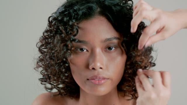 beauty-porträt arbeit mit make-up-künstler - 20 24 years stock-videos und b-roll-filmmaterial