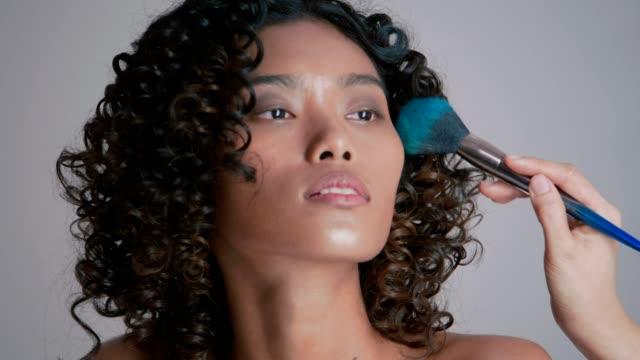 stockvideo's en b-roll-footage met schoonheid portret werken met make-up artist - 20 24 years