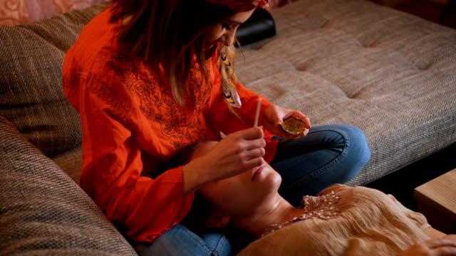 beauty-spa-behandlung zu hause - schönheitssalon stock-videos und b-roll-filmmaterial