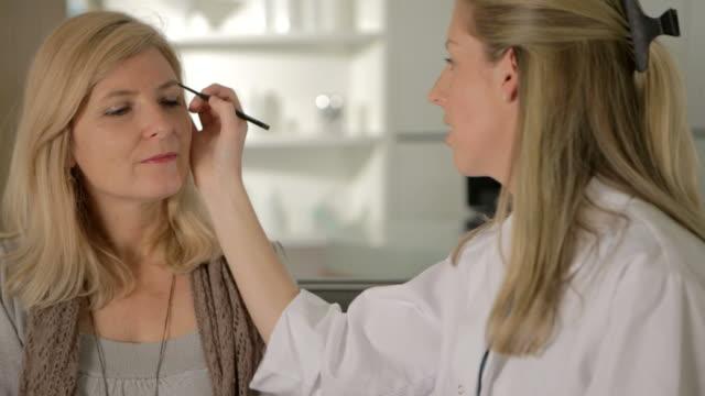 美容セラピストが - ビフォーアフター点の映像素材/bロール