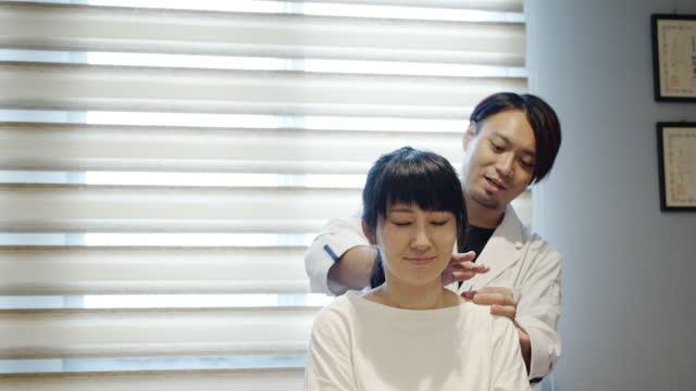 vídeos de stock e filmes b-roll de beauty treatment of acupuncture in japanese acupuncture salon - acupuntura