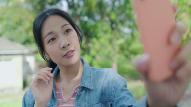skönhet kvinna selfie glatt i parken - tonad bild bildbanksvideor och videomaterial från bakom kulisserna