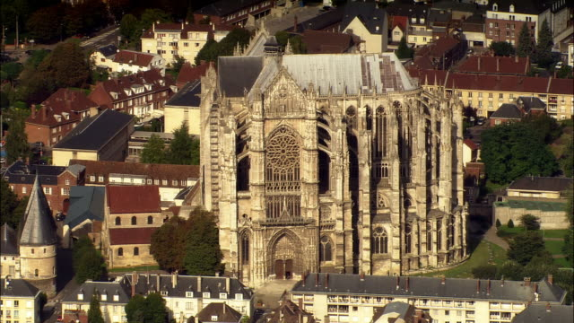 vídeos de stock e filmes b-roll de aerial beauvais cathedral/ beauvais, france - catedral