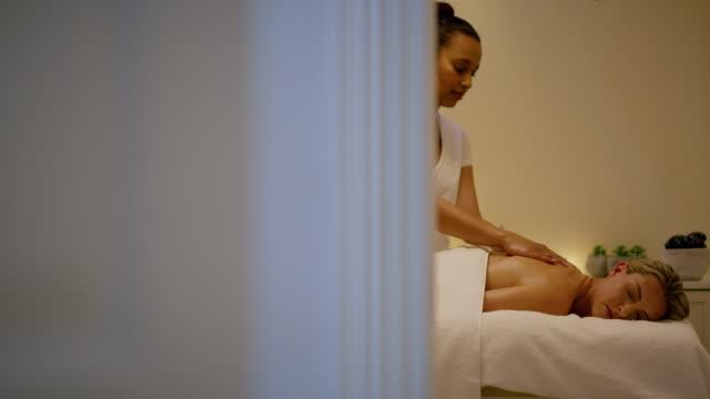 eftersom en spa-dag är som en liten semester - massage table bildbanksvideor och videomaterial från bakom kulisserna