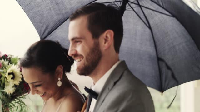 vidéos et rushes de parce que la lune de miel appelle - couple marié