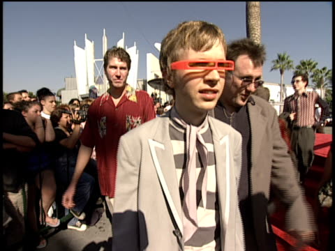 beck arriving and speaking to the press about the pronounciation of his album odelayon the 1998 mtv video music awards red carpet - mtv1 stock-videos und b-roll-filmmaterial