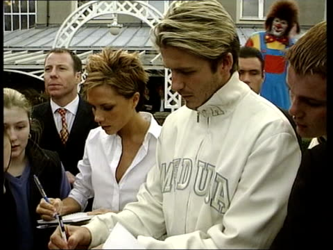 beckham signs autobiography deal lib beckham along with wife victoria david and victoria beckham signing autographs victoria beckham pull out with... - 2002 bildbanksvideor och videomaterial från bakom kulisserna