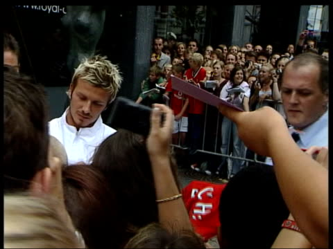 beckham signs autobiography deal lib manchester united and england footballer david beckham signing autographs lib int beckham doing photocall for... - 2002 bildbanksvideor och videomaterial från bakom kulisserna