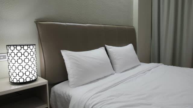 - Bett bei Nacht