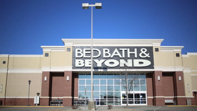 vídeos de stock e filmes b-roll de bed bath & beyond inc. store in jeffersonville township, indiana, u.s., on sunday, january 5, 2019. bed bath & beyond is scheduled to release... - cadeia de lojas